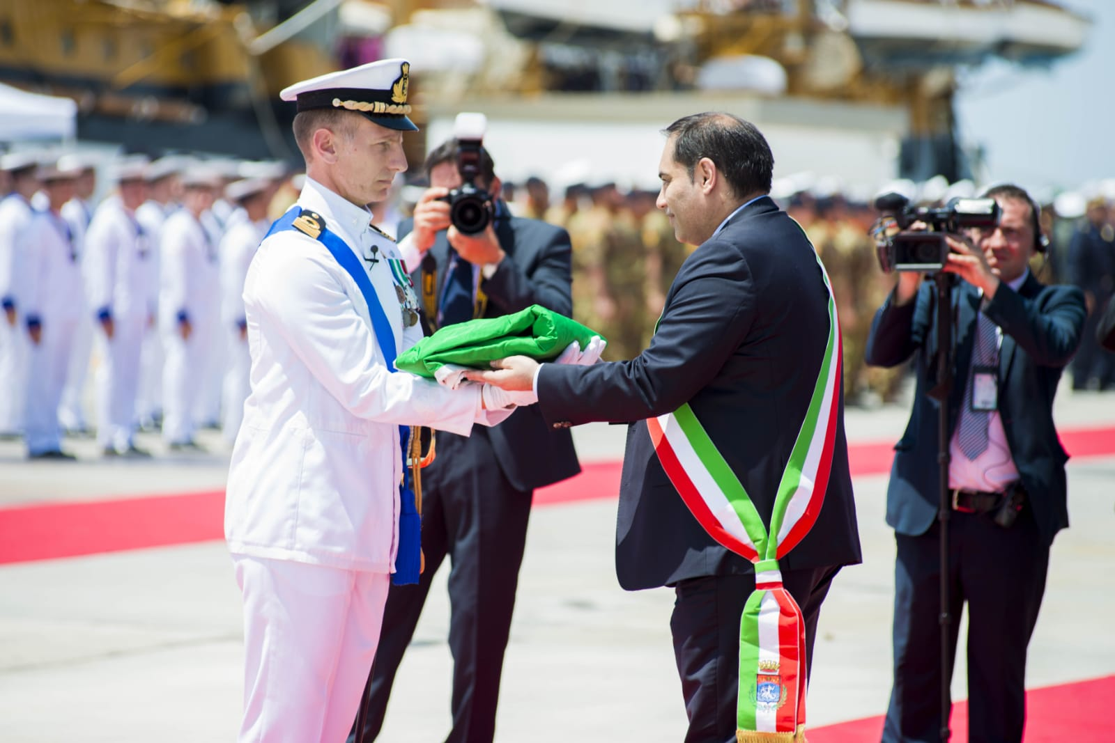 e4766f34c39 Sindaco di Taranto consegna bandiera di combattimento al comandante di nave  Martinengo